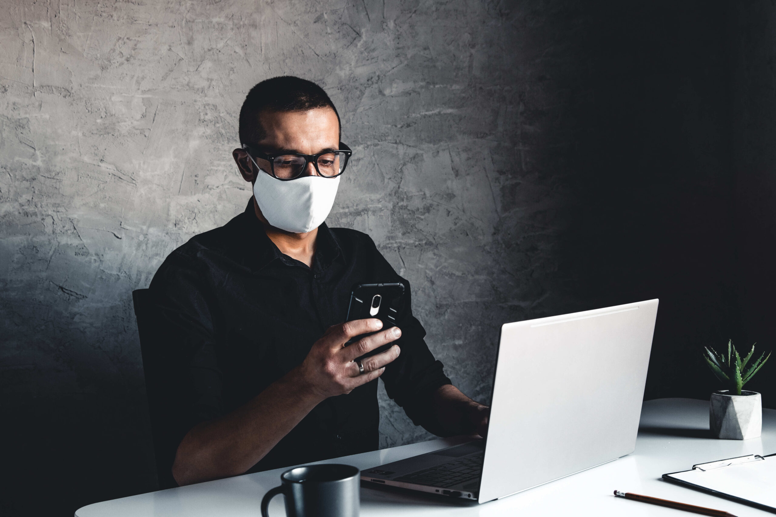 masked-man-works-at-a-computer-pandemic-coronavi-live-casino-online-content-image